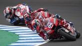 Andrea Dovizioso (kanan) disusul rekan setimnya di Ducati, Danilo Petrucci, dan pebalap Pramac Francisco Bagnaia. Dovi akan start balapan MotoGP Spanyol dari posisi keempat. (JORGE GUERRERO / AFP)