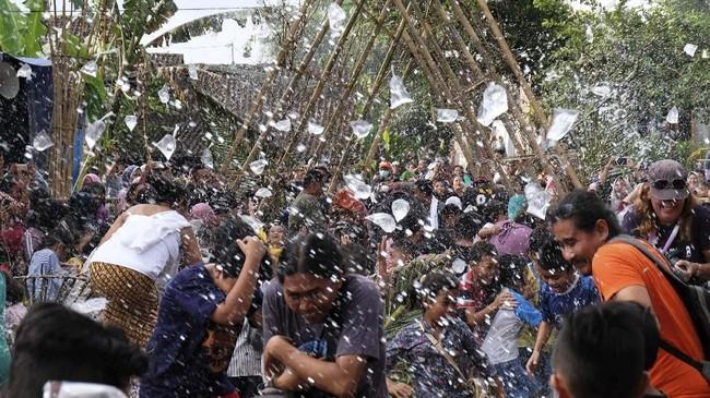 Sejumlah warga saling melempar air saat tradisi Bajong Banyu di Dusun Dawung, Banjarnegoro, Mertoyudan, Magelang, Jateng, Minggu (1/5/2019). Tradisi Bajong Banyu dilakukan warga setempat sebagai wujud sukacita menyambut datangnya bulan suci Ramadan. ANTARA FOTO/Anis Efizudin