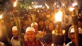 Warga membawa obor saat mengikuti pawai di Jalan Raya Pajajaran, Kota Bogor, Jawa Barat, Jumat (3/5/2019). Pawai obor tersebut guna menyambut bulan Ramadan 1440 Hijriah. ANTARA FOTO/Yulius Satria Wijaya