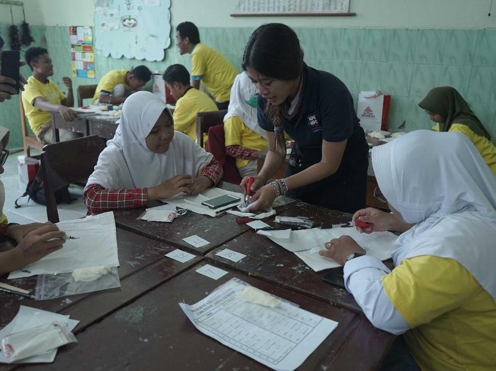 Peserta kelas kreatif mempraktekkan pembuatan Tote Bag Stamping pada acara Semen Indonesia: #MembangunKemandirian di SMAN 1 Magetan, Jawa Timur. Istimewa