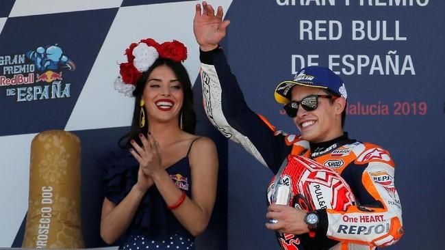 Marc Marquez merayakan kemenangan MotoGP Spanyol 2019 dengan latar belakang gadis grid. Marquez sudah meraih dua kemenangan di MotoGP 2019. (REUTERS/Jon Nazca)