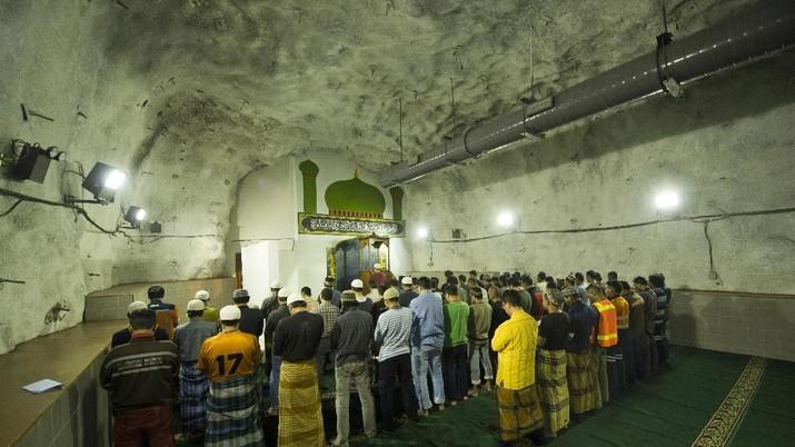 Saat Adzan Bergema di Masjid Tambang Bawah Tanah Freeport