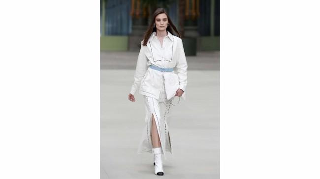 Sama seperti pendahulunya, Viard masih memegang teguh ciri khas dan ikon Chanel, yaitu tweed dan suit. (REUTERS/Gonzalo Fuentes)
