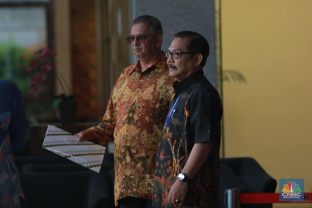 Direktur PT PLN non aktif, Sofyan Basir keluar usai memenuhi panggilan penyidik Komisi Pemberantasan Korupsi (KPK) untuk diperiksa sebagai tersangka pada Senin (6/5). (CNBC Indonesia/Muhammad Sabki)