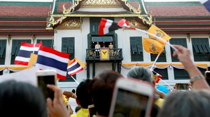 People celebrate outside the balcony of Suddhaisavarya Prasad Hall at the Grand Palace where Thailand's newly crowned King Maha Vajiralongkorn grants a public audience to receive the good wishes of the people in Bangkok, Thailand May 6, 2019.REUTERS/Soe Zeya Tun