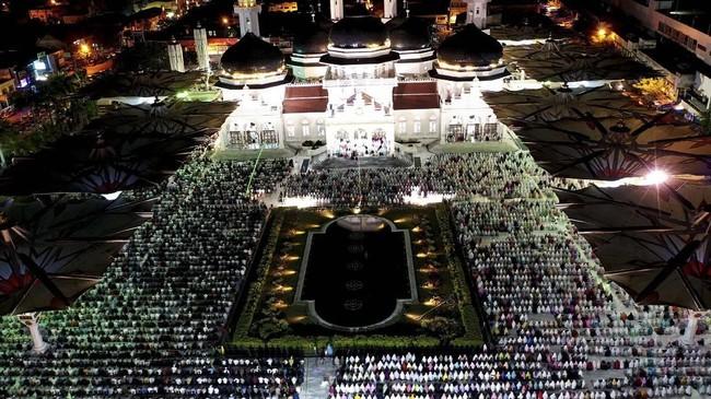 Proses salat tarawih pada 5 Mei malam itu dilakukan setelah pemerintah resmi menetapkan 6 Mei 2019 sebagai 1 Ramadan 1440 hijriah. (ANTARA FOTO/Irwansyah Putra)