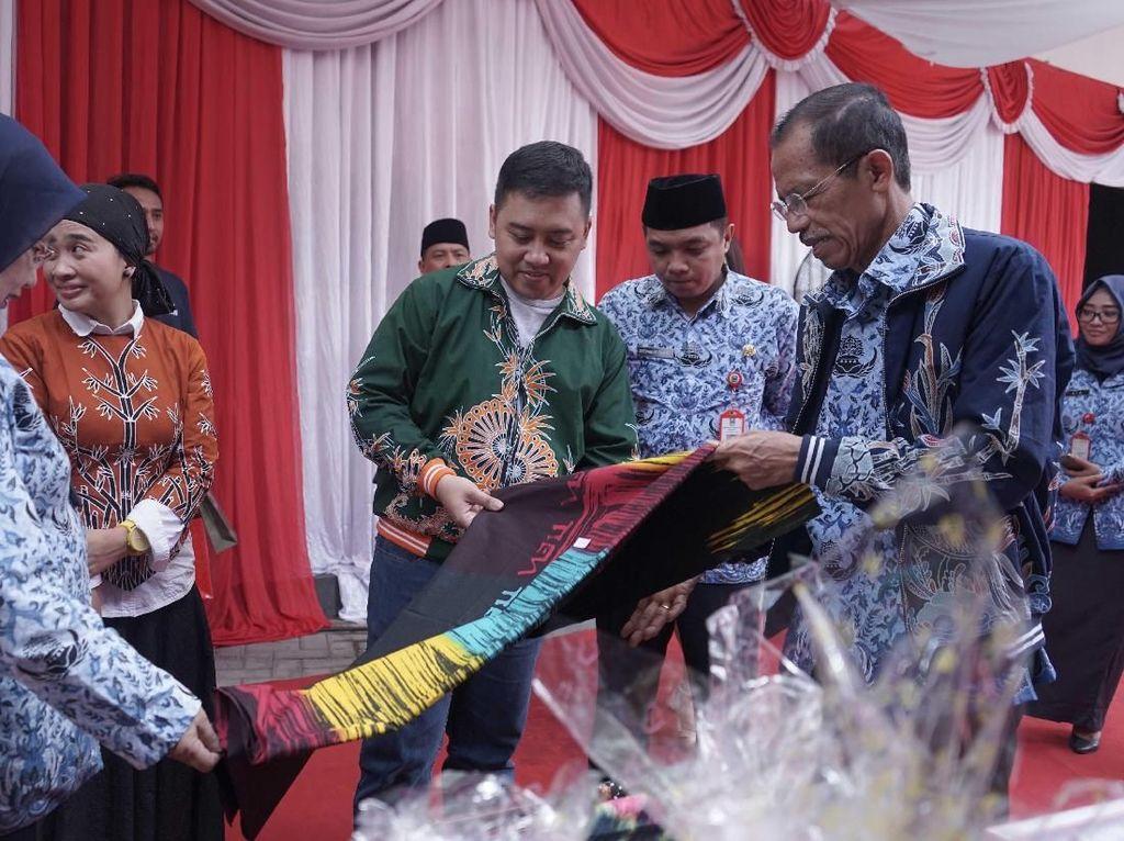 Kepala Departemen Komunikasi Perusahaan Semen Indonesia Sigit Wahono (tengah) bersama Bupati Magetan Suprawoto (kanan) mengamati batik ciprat karya siswa SMA/SMK/MA yang dipamerkan dalam acara #MembangunKemandirian di SMAN 1 Magetan Jawa Timur. Istimewa