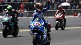 Pebalap Suzuki Alex Rins merayakan keberhasilan finis di posisi kedua usai balapan MotoGP Spanyol 2019. Rins meraih dua posisi podium secara beruntun setelah menang di MotoGP Amerika Serikat. (AP Photo/Miguel Morenatti)