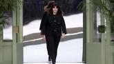 Desainer baru Chanel pengganti Karl Lagerfeld, Virginie Viard memamerkan koleksi terbaru Chanel. (REUTERS/Gonzalo Fuentes)