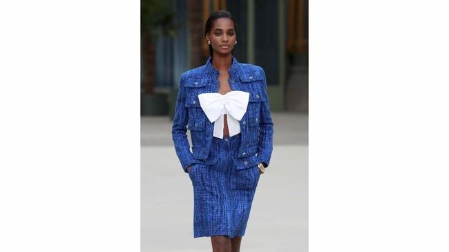 Saat dipegang Lagerfeld, Chanel dikenal dengan setting show yang megah dan tematik. Kali ini shownya bergaya di stasiun kereta bergaya Beaux-Arts di Grand Palais. (REUTERS/Gonzalo Fuentes)