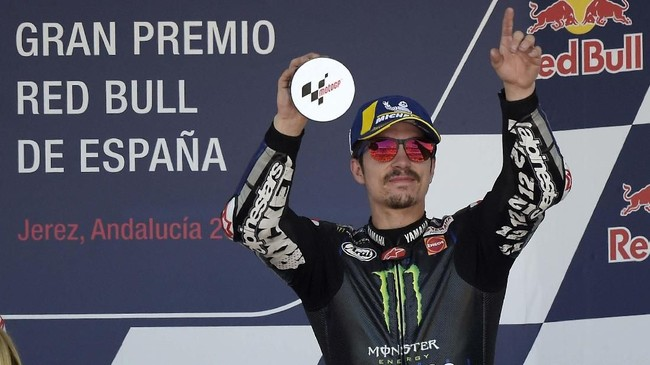 Maverick Vinales mengangkat trofi finis ketiga MotoGP Spanyol 2019. Vinales untuk kali pertama naik podium sejak menang di MotoGP Australia musim lalu. (JORGE GUERRERO / AFP)