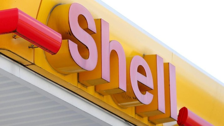 FILE PHOTO: A Shell sign at one of the oil major's petrol stations in Ulm, Germany, April 6, 2017.  REUTERS/Michaela Rehle/File Photo