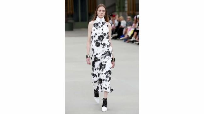 Namun dalam era baru Chanel kali ini, Viard memberikan sentuhan feminin yang lebih kental dalam koleksinya. (REUTERS/Gonzalo Fuentes)