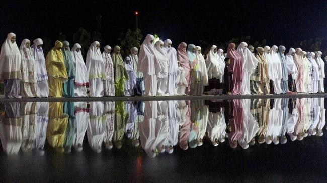 Umat muslim melaksanakan salat tarawih pertama di Masjid Agung Baitul Makmur, Meulaboh, Aceh Barat, Aceh, Minggu (5/5). Sebagian besar umat muslim di Indonesia melaksanakan Shalat Tarawih pertama di bulan Ramadhan 1440 H pada 5 Mei 2019. (ANTARA FOTO/Syifa Yulinnas)
