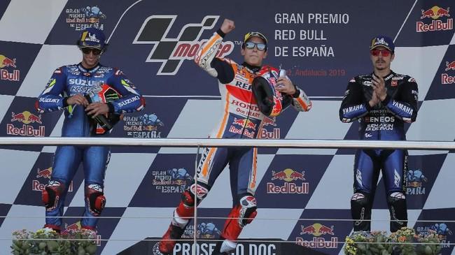 Marc Marquez (tengah) berada di podium MotoGP Spanyol 2019 bersama Alex Rins (kiri) dan Maverick Vinales yang finis di posisi ketiga. (REUTERS/Jon Nazca)