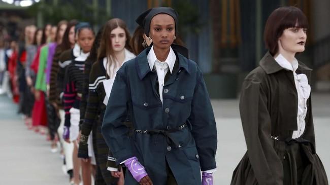 Setelah bekerja bersama Lagerfeld selama 30 tahun lebih, dia pun menampilkan koleksi perdananya di Chanel. (REUTERS/Gonzalo Fuentes)
