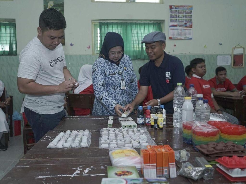 "Kepala Departemen Komunikasi Perusahaan Semen Indonesia Sigit Wahono (kiri) bersama Kepala Sekolah SMAN 1 Magetan Nurhandayani (tengah) meninjau pelatihan ""Creative with Cement"" yang diikuti para siswa SMA/SMK/MA di Magetan, Jawa Timur. Istimewa"