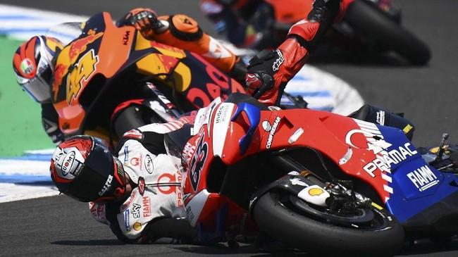 Pebalap Pramac Francesco Bagnaia menjadi salah satu pebalap yang gagal finis di MotoGP Spanyol 2019 setelah terjatuh pada lap keenam. (GABRIEL BOUYS / AFP)