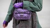 Beberapa koleksi juga dibuat dengan inspirasi dari Chanel tahun-tahun 80-an. (REUTERS/Gonzalo Fuentes)