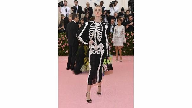 Caroline Trentini, supermodel asal Brasil, mungkin mengira kemarin adalah pesta Halloween. Pasalnya, ia mengenakan busana dengan detail payet perak yang membentuk tulang. (Photo by Charles Sykes/Invision/AP)