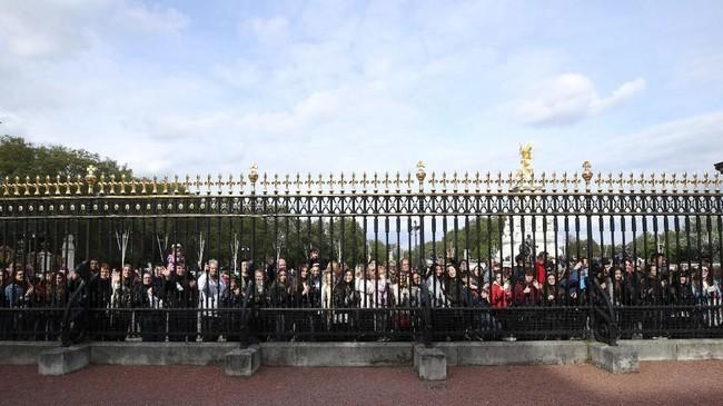 Masyarakat berharap Ratu Elizabeth II akan muncul untuk sekadar menyapa para penggemar yang suka cita akan kelahiran cicit Sri Ratu. (Yui Mok/Pool via REUTERS)