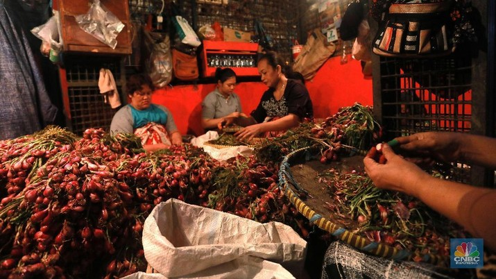 Kuli panggul mengangkat karung bawang merah di Pasar Kramat jati,  Jakarta Timur, Selasa 7/5. Pedagang Los Eceran dikawasan pasar Kramat jati menjual bawang putih Rp 35.000 per kilogram turun dari harga sebelumnya Rp45.000 karena pasokan bawang putih sudah sedikit stabil. Harga bawang putih yang dijual Eceran seharga Rp50. 000 sampai Rp60. 000. Harga bawang  merah naik sedikit dari Rp 20.000 menjadi Rp 22. 000 harga Los Eceran. Harga Cabe merah turun menjadi Rp 25.000 turun saat kemarin naik Rp 30.000 sampai Rp 40.000.