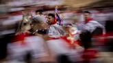 Mereka adalah orang-orang yang dipilih mewakili rombongan dalam pesta tahunan Los Caballos del Vino, atau Running of the Wine Horses. (AP Photo/Bernat Armangue)