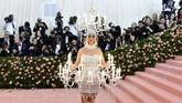 Entah apa yang terbayang dalam benak penyanyi Katy Perry. Ia mengenakan kostum tempat lilin alias chandelier. Melenceng dari tema dan terlihat aneh.(Photo by Charles Sykes/Invision/AP)