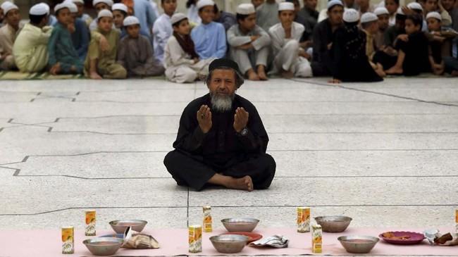 Umat Muslim di dunia mulai menjalankan ibadah puasa selama bulan Ramadan 1440. Beragam kehangatan mewarnai momen berbuka puasa. (REUTERS/Fayaz Aziz)