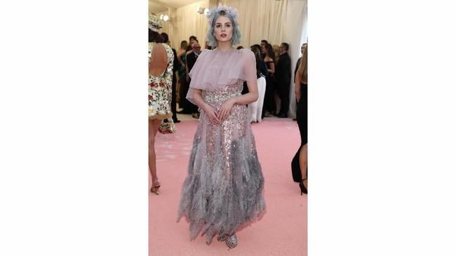 Lucy Boynton berjalan di karpet merah Met Gala 2019 bak seorang peri. Bintang Bohemian Rhapsody ini tampil dengan gaun merah muda berlipit dengan rok bulu berhiaskan berlian di antaranya. (REUTERS/Mario Anzuoni)