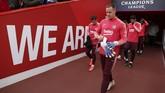 Kiper Barcelona Marc-Andre ter Stegen beserta rekan-rekan setimnya bersiap menuju lapangan Stadion Anfield pada sesi coba lapangan, Senin (6/5). Ter Stegen total melakukan tiga penyelamatan krusial di leg pertama. (Reuters/Lee Smith)