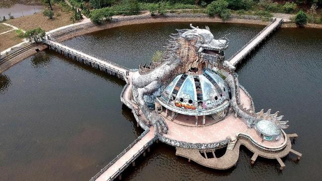 Ikon taman air yang terletak sekitar 10 kilometer dari pusat kota ini adalah ular naga.