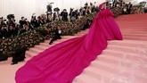 Lady Gaga mengambil perhatian publik dengan multiple outfit karya Brandon Maxwell. Dia melepas setiap gaunnya dimulai dari gaun fuchsia bervolume berat, gaunstraplesshitam, gaunslipmerah muda menyala, dan berujung padalingeriehitam.(REUTERS/Andrew Kelly)