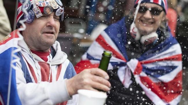 Sedangkan beberapa warga lainnya, merayakan kehadian pewaris takhta urutan ke-tujuh tersebut dengan sedikit alkohol.(Dominic Lipinski/PA via AP)