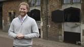 Sedangkan Pangeran Harry tak berhenti tersenyum resmi menyandang status sebagai ayah.(Steve Parsons/Pool via AP)
