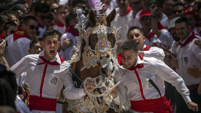 Tentunya, ada peserta yang berjatuhan. Ada kuda-kuda yang jadi gelisah dan sukar dikendalikan. Cedera adalah hal biasa dalam festival ini. (AP Photo/Bernat Armangue)