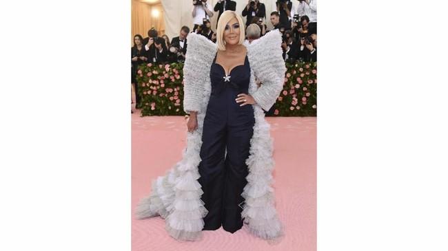 Klan Kardashian sepertinya konsisten tidak mengikuti tema Met Gala dari tahun ke tahun. Kris Jenner mengenakan jumpsuit hitam membosankan. Ia menyebut dirinya terinspirasi gaya David Bowie, tapi tak ada sisi berani dari tampilannya.(Photo by Charles Sykes/Invision/AP)