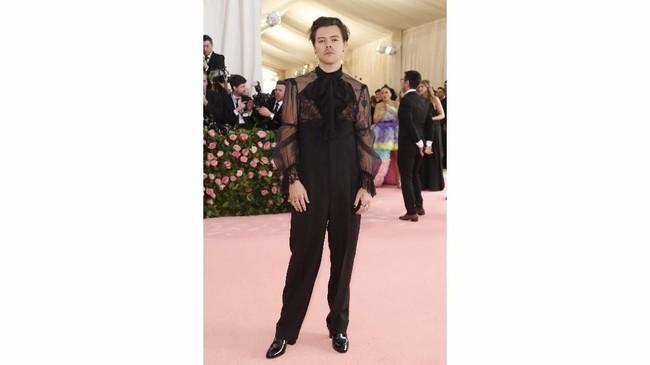 Mengambil tema 'Camp', Met Gala 2019 menginginkan tamu undangannya untuk mengenakan busana yang berani. Harry Styles bisa dibilang berani mengenakan jumpsuit dengan atasan menerawang dari Gucci. Namun, tampilan ini mirip seperti pramusaji perjamuan. (REUTERS/Mario Anzuoni)