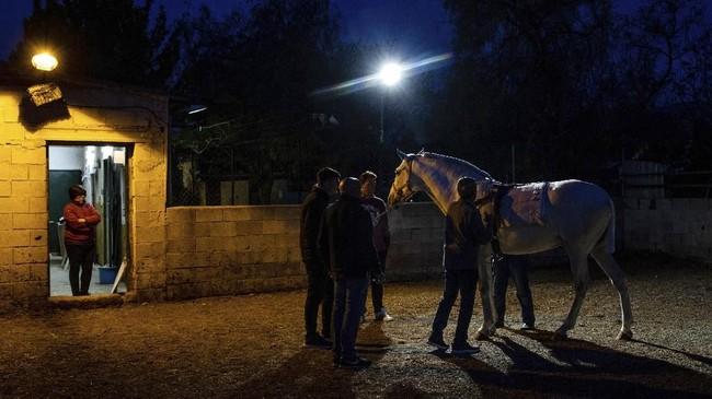 Running of the Wine Horses bertujuan mengingat kembali perjalanan kesatria Templar menembus kepungan Muslim di kastil-kastil pada abad 13. Mereka menunggang kuda sembari membawa perbekalan. (AP Photo/Bernat Armangue)