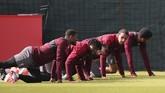 Skuat Liverpool di antaranya adalah Georginio Wijnaldum, Divock Origi, Xherdan Shaqiri, Joel Matip dan Joe Gomez melakukan pemanasan sesi latihan di Melwood, Senin (6/5). (Reuters/Carl Recine)