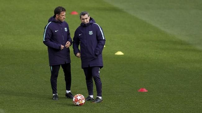 Pelatih Barcelona, Ernesto Valverde berdiskusi dengan asistennya untuk menerapkan strategi terbaik jelang melawan Liverpool. (Reuters/Lee Smith)