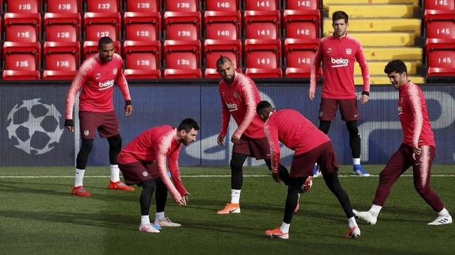 Lionel Messi dan Arturo Vidal serta para pemain Barcelona lainnya tampak menikmati sesi gim kecil pada latihan di Stadion Anfield. (Reuters/Lee Smith)