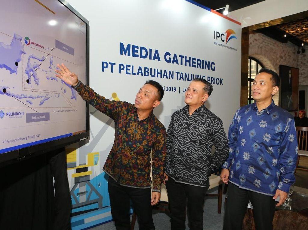 Direktur Utama PT Pelabuhan Tanjung Priok (PTP Multipurpose Terminal) Imanuddin (dari kiri) bersama Direktur Ari Hendryanto dan Direktur Andi Isnovandiono memberi penjelasan kepada wartawan, di Jakarta. Istimewa.
