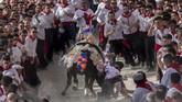 Beberapa orang di Spanyol harus bangun lebih pagi dari yang lainnya pada Kamis (2/5) lalu. Mereka akan bersiap untuk tanggal terpenting bagi pendudukCaravaca de la Cruz, Spanyol.(AP Photo/Bernat Armangue)