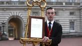 Pegawai Istana Buckingham pun memberikan pernyataan dan pengumuman resmi yang dipasang di halaman istana terkait kelahiran anak pertama Pangeran Harry tersebut. (Yui Mok/Pool via REUTERS)