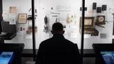 Selain benda pajangan, pengunjung yang datang juga bisa bermain simulasi interaktif sehingga mereka bisa merasakan sekelibat menjadi mata-mata. (SAUL LOEB / AFP)