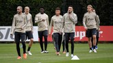 Sejumlah pemain Muslim Ajax Amsterdam, Noussair Mazraoui (kedua dari kanan), mengaku akan tetap berpuasa pada hari H pertandingan melawan Tottenham. (REUTERS/Piroschka Van De Wouw)