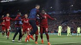 Para pemain Liverpool merayakan gol yang diciptakan Divock Origi ke gawang Barcelona sekaligus melapangkan jalan mereka ke final Liga Champions dengan keunggulan agregat 4-3. (REUTERS/Phil Noble)