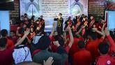 Sorak-sorai terdengar ketika rapper berpakaian hitam mulai menyerukan lirik di atas panggung. (Haidar HAMDANI / AFP)