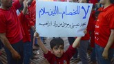 Tak hanya anak-anak, tokoh-tokoh agama lanjut usia pun yang mengamati dari balik dinding pun ikut bergoyang. (Haidar HAMDANI / AFP)